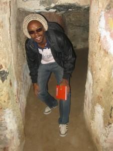 (Visite à la maison des esclaves à Gorée. Plusieurs esclaves sont partis d'ici avant d'arriver au Brésil. Crédit photo: Serge Katembera)