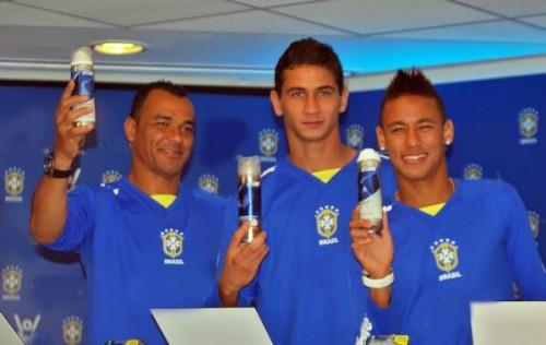 Os jogadores Cafú, Ganso e Neymar em 2010, par Sergio Savarese (Wikimedia Commons)