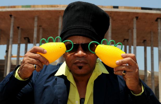 Le chanteur Carlinhos Brow  avec ses caxirolas by https://farofadigital.com.br/