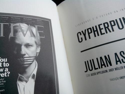 """Assange """"Cypherpunks paru au Brésil chez Boitempo, crédit photo: Serge Katembera"""