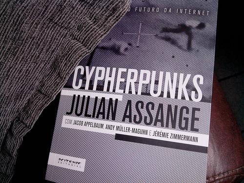 """Le livre de Juliane Assange """"Cypherpunks paru au Brésil chez Boitempo, crédit photo: Serge Katembera"""