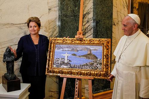 tTiens, elle était en bleu pour la visite du Pape. Un autre miracle de l'argentin?  Crédit photo: Blog do Planalto on Flickr.com CC