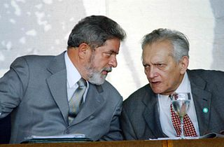 http://commons.wikimedia.org/wiki/File:Celso_Furtado,_Lula_da_Silva_(July_2003).jpg?uselang=fr