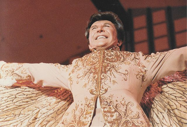 https://en.wikipedia.org/wiki/File:Liberace.jpg