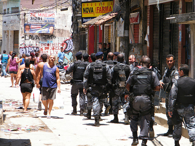 http://pt.wikipedia.org/wiki/Ficheiro:Policiais_ocupam_Complexo_do_Alemao.JPG