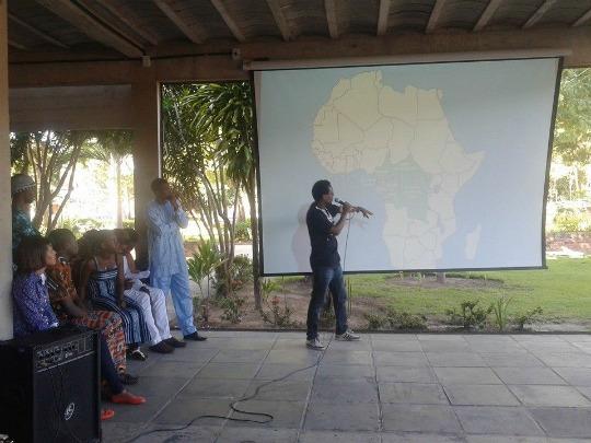 Je donnais une Conférénce sur les Conflits et la Démocratie en Afrique / Carioca Plus