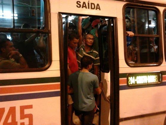 Un bus surchargé à João Pessoa, Brésil