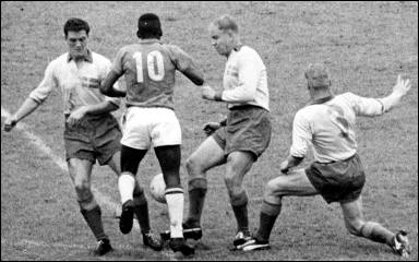http://pt.wikipedia.org/wiki/Sele%C3%A7%C3%A3o_Brasileira_de_Futebol#mediaviewer/Ficheiro:Pel%C3%A9_vs_swedish_defenders_1958.jpg