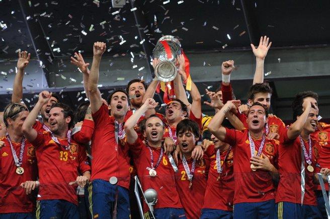 https://commons.wikimedia.org/wiki/File:Spain_national_football_team_Euro_2012_trophy_02.jpg