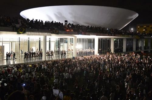 http://commons.wikimedia.org/wiki/File:Protesto_no_Congresso_Nacional_do_Brasil,_17_de_junho_de_2013.jpg
