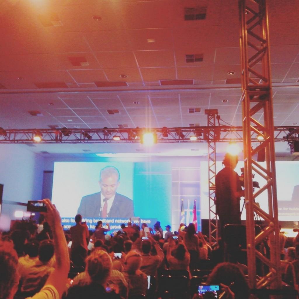 Un groupe de manifestants interrompt le ministre de la communication lors de l'ouverture officielle du Forum
